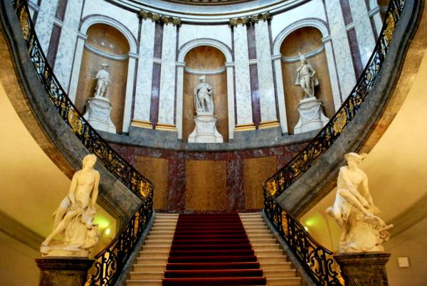 Segundo hall de entrada do Bode Museum em Berlim