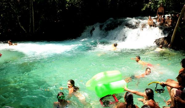 Cachoeira da Formiga no Jalapão lotada de turistas