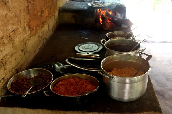 Comida disposta no fogão de lenha do Camping do Nô no Jalapão