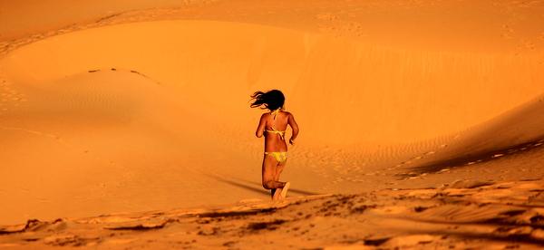 Criança correndo pelas Dunas do Jalapão