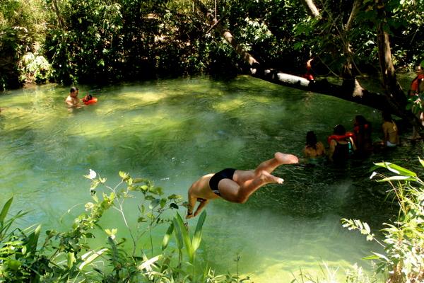 Ricardo dando um tchibum no poço do Camping do Nô no Jalapão