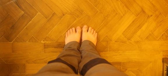 Descalço em um tempo budista de Myanmar