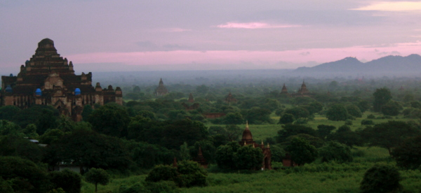 O amanhecer do alto da Shwesandaw Pagoda em Bagan, sem os balões