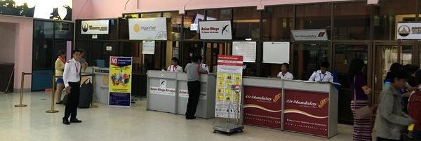Balcão de Checkin do Aeroporto de Bagan em Myanmar
