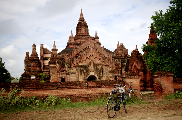 Bicicletas em frente a ruínas de um templo em Bagan, Myanmar