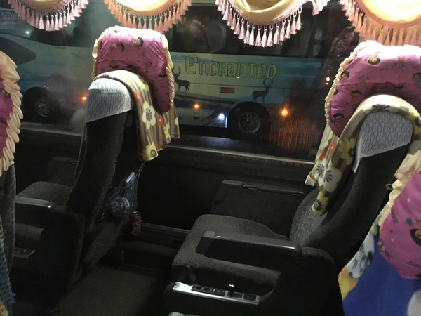 Interior dos ônibus VIP Express de Myanmar