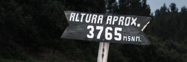 Placa com informação da altitude em Cuzco