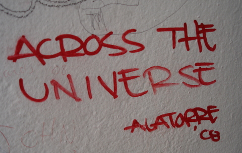 A inscrição no muro da Abbey Road Studios em Londres e que serviu de inspiração para o logo do blog