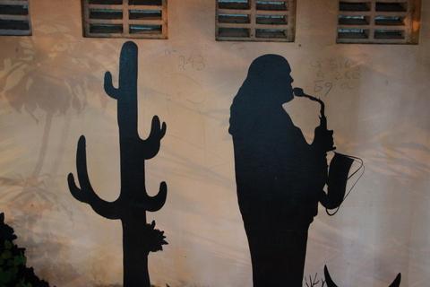 Muro com ilustração do Jurandy do Sax