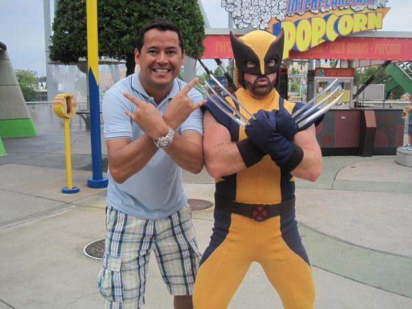 Handerson posando de jacu com o Wolverine na Disney