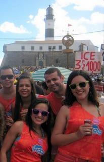 O Farol da Barra e a plaquinha de promoção de Ice três por R$ 10.