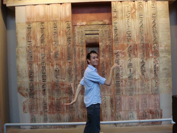 Renan Rigo fazendo a egípcia no British Museum