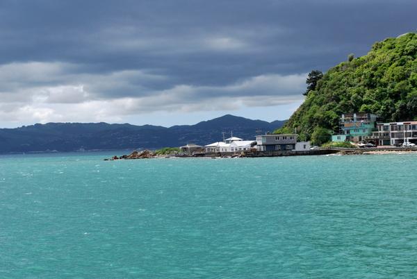 Os diversos tons do mar em Wellington, Nova Zelândia