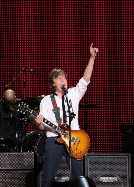 Paul McCartney em Goiânia | Com gafanhoto no ombro