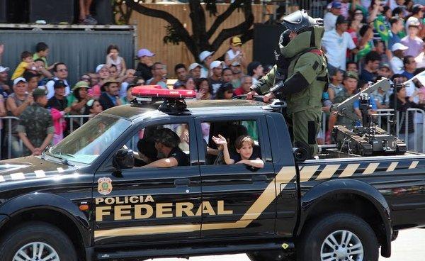Desfile 7 de Setembro | Brasília | Criança no carro da Polícia Federal