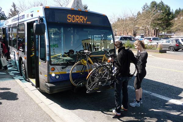 Suporte a bicicletas em ônibus de Vancouver por Igor Bertyaev