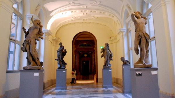 Coleção de esculturas no hall de entrada do Bode Museum em Berlim