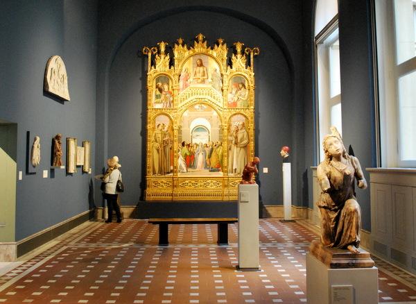 Esculturas de oridem gótica italiana e arte bizantino no Bode Museum em Berlim