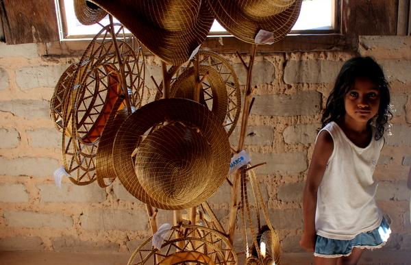 Criança quilombola em loja de artesanatos em Capim Dourado em Mumbuca no Jalapão