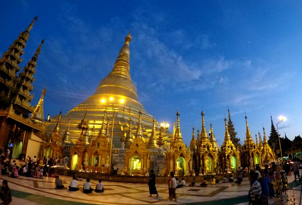 Anoitecer na Shwedagon Pagoda em Yangon, Myanmar