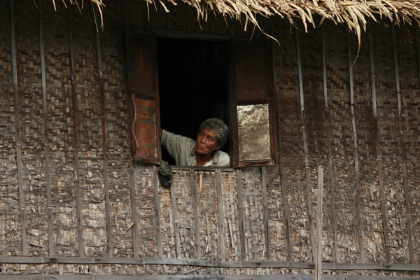Morador atento do Inle Lake em Myanmar