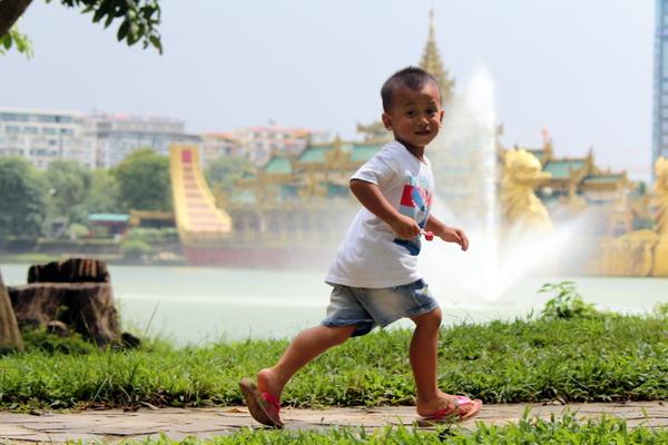 Criança correndo no Kandawgyi Nature Park em Yangon, Myanmar