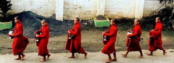 Monges fazendo a ronda das almas nas ruas de Nyaungshwe na região do Inle Lake em Myanmar