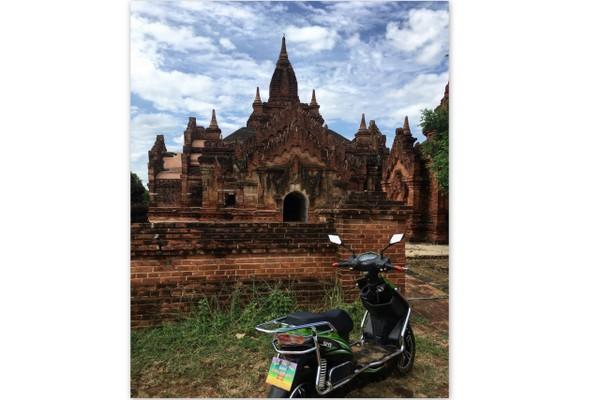 Moto elétrica nos templos de Bagan em Myanmar