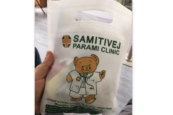 Sacolinha com remédios fornecidos pela cliníca de Yangon em Myanmar