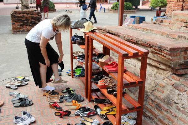 Calçados sendo deixados do lado de fora dos templos budistas na Tailândia