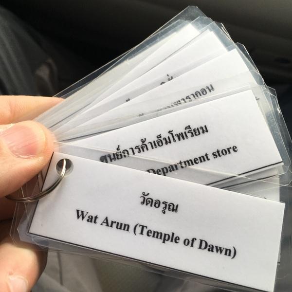 Cartões com nomes das atrações de Bangcoc em Inglês e Tailandês