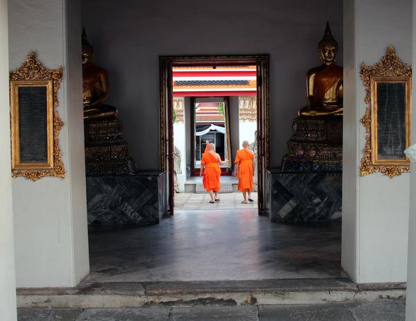 Monges pelos corredores do Templo Wat Pho em Bangkok