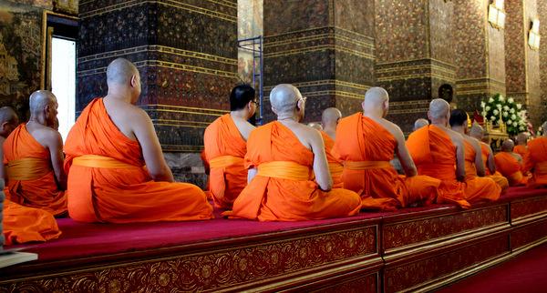 Ritual com os monges no Templo Wat Pho em Bangkok