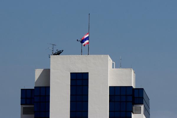 Bandeira da Tailândia a meio-mastro no alto em luto pela morte do rei, do alto de um prédio em Bangkok