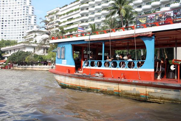 Transporte de barco pelo Rio Chao Phraya em Bangkok