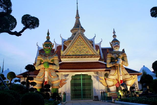 Wat Arun ao anoitecer em Bangkok