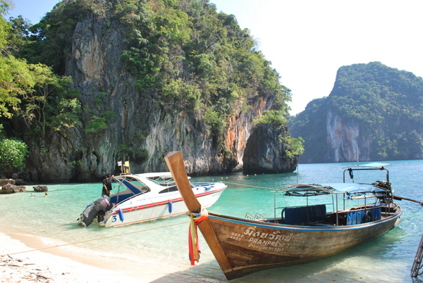 Barco na praia da Tailândia