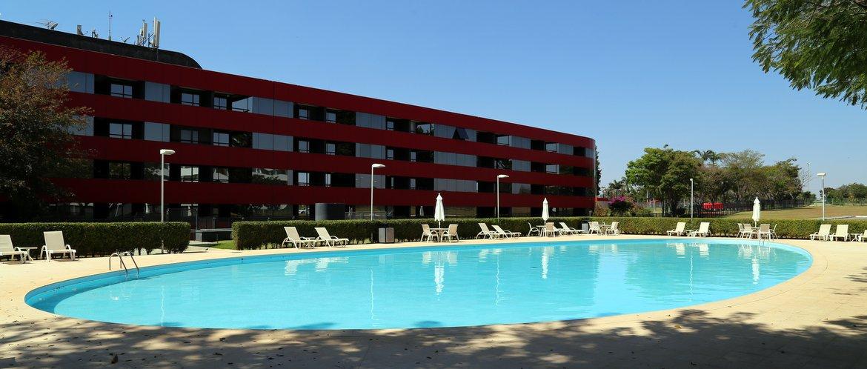 Brasilia Palace   A piscina projetada por Niemeyer