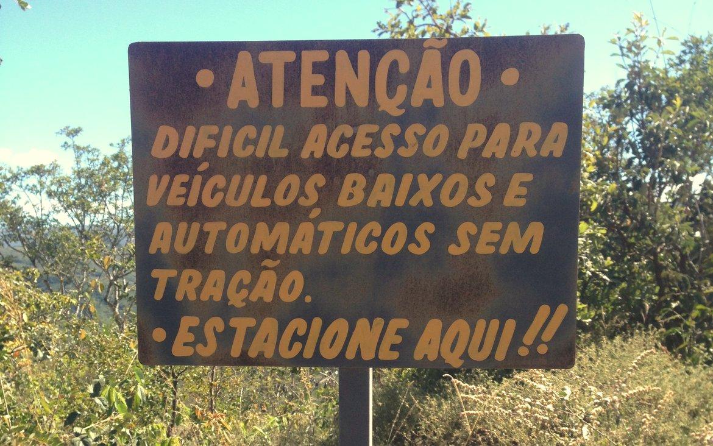 Aviso do acesso por veículos baixos