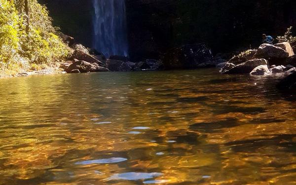 Água cristalina na Cachoeira São Domingos
